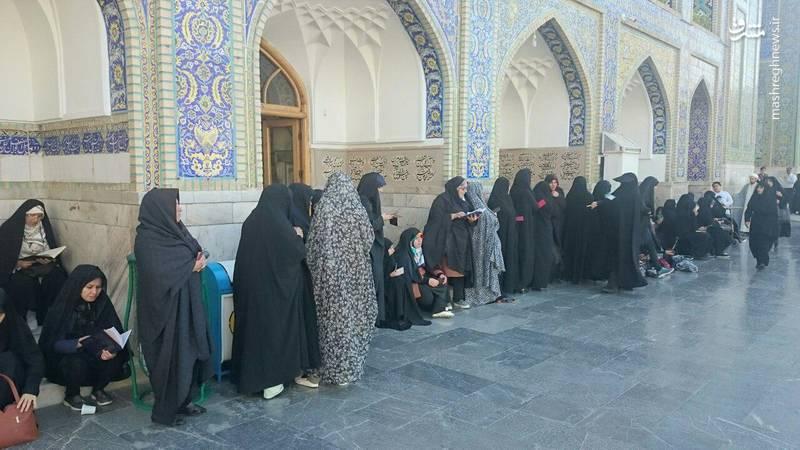عکس/ ازدحام جمعیت در شعبه اخذ رای در حرم رضوی