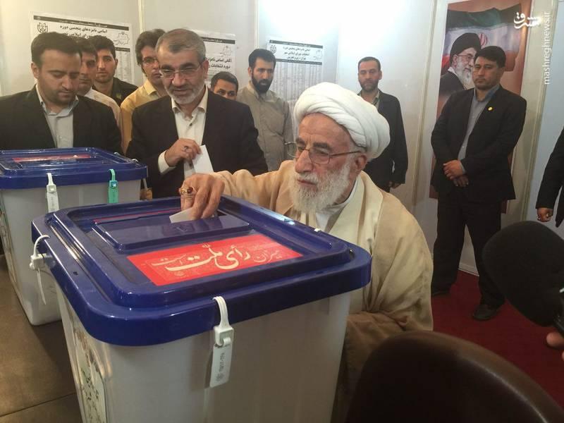عکس/ آیت الله جنتی رای خود را به صندوق انداخت