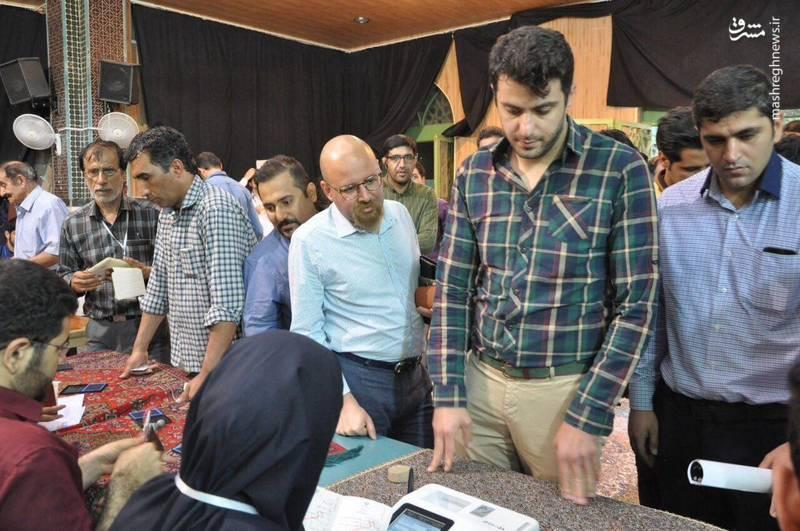 عکس/ علی ضیاء پای صندوق رای