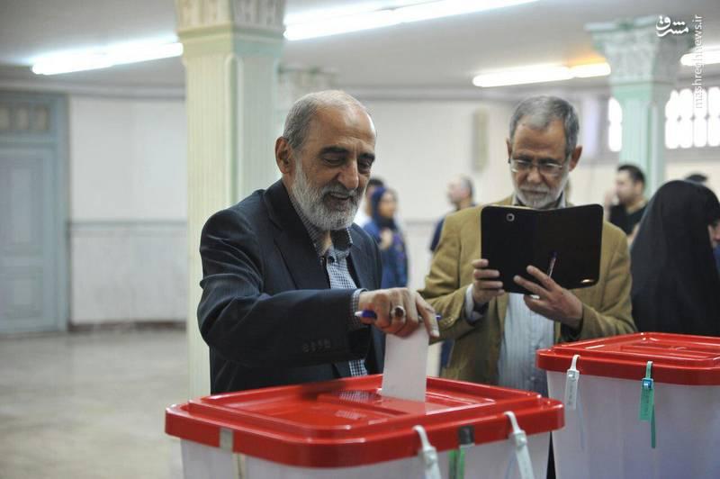 عکس/ حسین شریعتمداری پای صندوق رای