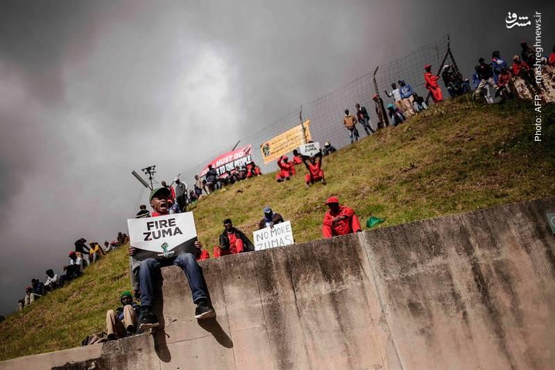 تجمع مخالفان جاکوب زوما رئیسجمهور آفریقای جنوبی مقابل دادگاه عالی این کشور همزمان با مذاکرات رأی عدم کفایت سیاسی به وی