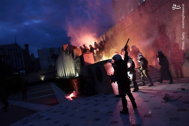 تظاهرات خشونتآمیز مقابل پارلمان یونان پس از تصویب دور جدیدی از ریاضت اقتصادی همزمان با دریافت وام خارجی