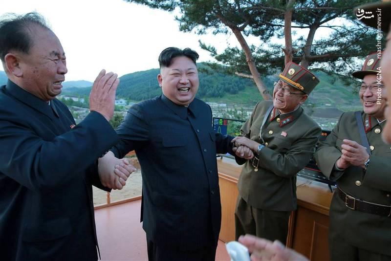 کیم جونگ اون در جمع دانشمندان موشکی کره شمالی