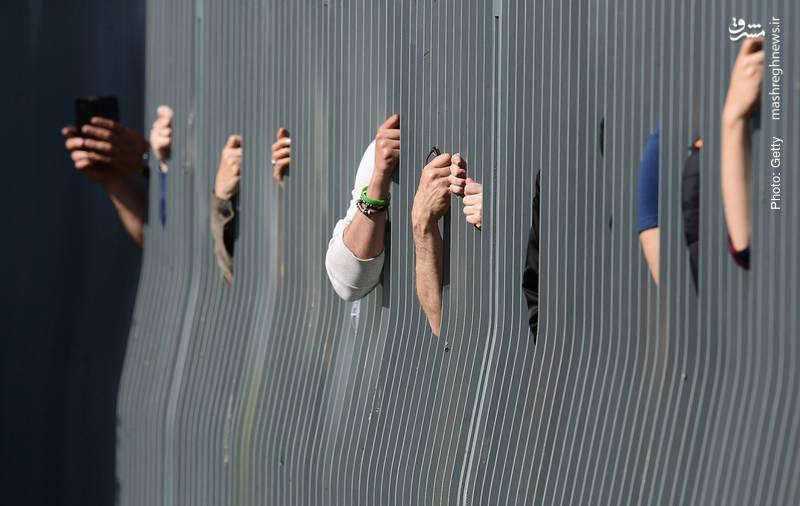 مردم آلمان منتظر ورود مَکرون به دفتر صدراعظم آلمان در اولین سفر خارجی وی با هدف نجات اتحادیه اروپا