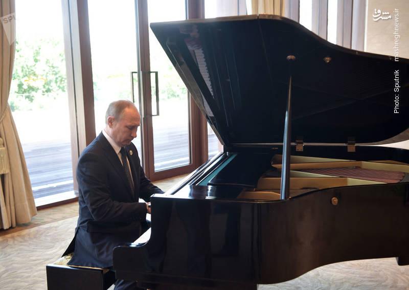 نواختن پیانو توسط رئیسجمهور روسیه پیش از دیدار با رئیسجمهور چین در پکن