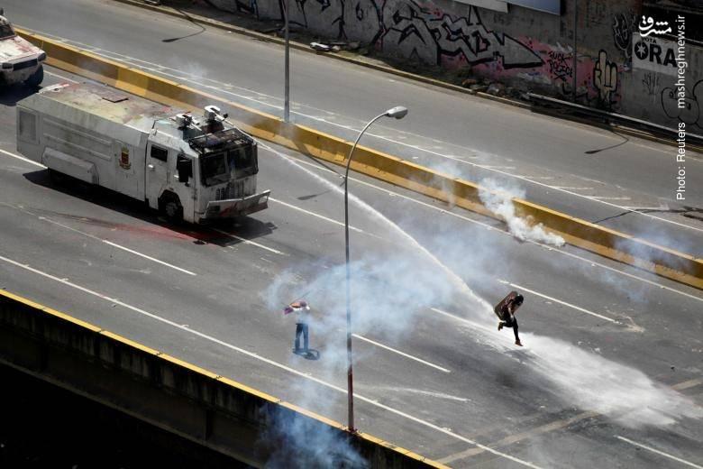 هدفگرفتن معترضان در تظاهرات مردم کاراکاس علیه مادورو