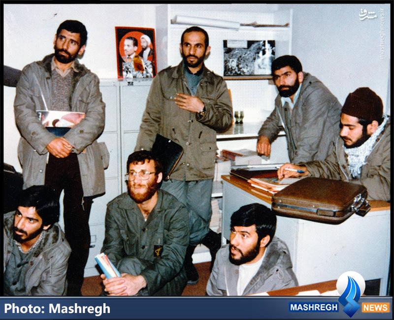 شهید محمد بروجردی(نفر نشسته که مجله در دست دارد)، «شهید داوود کریمی»(ایستاده بالای سر «شهید بروجردی»)