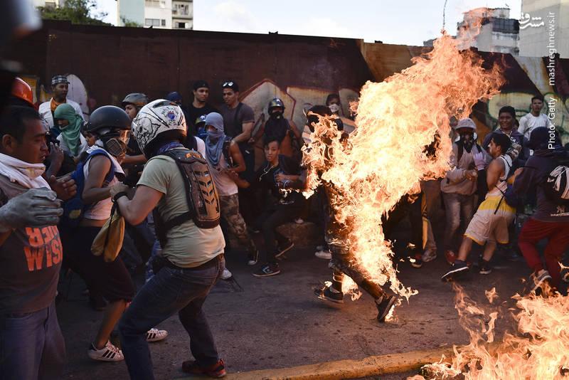 آتشزدن یک جوان به اتهام دزدی یا حمایت از مادورو در تظاهرات مخالفان دولت ونزوئلا
