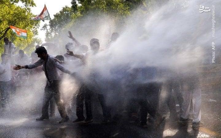 برخورد پلیس با تظاهرات شاخه جوانان حزب کنگره که در آغاز چهارمین سال از حاکمیت حزب بهاراتیا جناتا نسبت به سیاستهای نارندرا مودی دست به اعتراض زدهاند