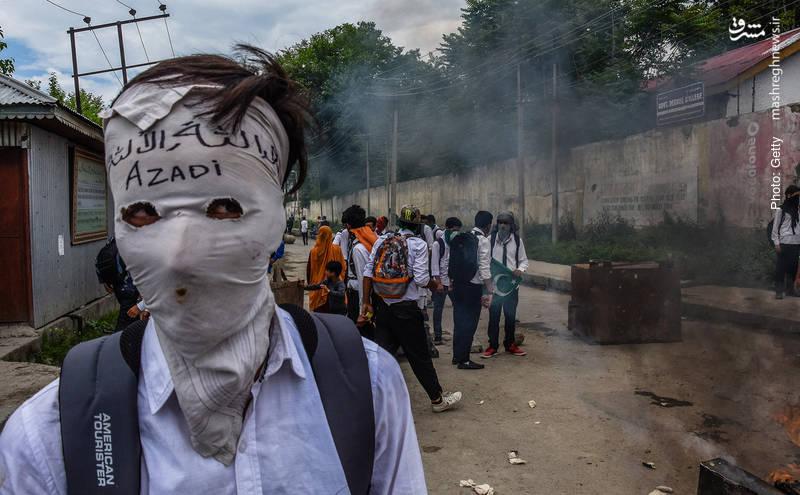 تداوم تظاهرات دانشجویان کشمیری پس از حمله پلیس هند به یک مرکز آموزش عالی