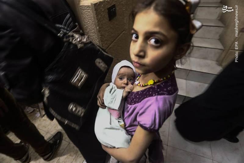 حضور دو خواهر سوری در عملیات تزریق واکسن سرخک و فلج اطفال توسط صلیب سرخ سوریه در دوما