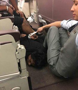 عکس/ بازداشت هواپیماربا توسط مسافران