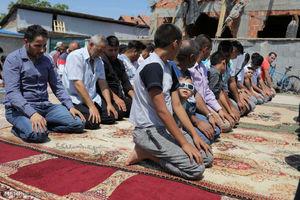 عکس/ اقامه نماز در مقابل مسجد ویران شده بلگراد