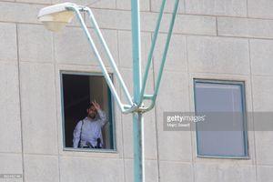 عکس/ اعلام پایان عملیات ضدتروریستی توسط یکی از ماموران