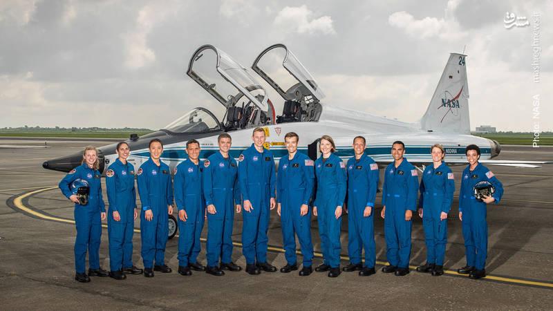 یاسمین مقبلی (نفر دوم از سمت چپ) فضانورد ایرانیتبار در میان کارآموزان برگزیده کلاس 2017 ناسا در مرکز فضایی جانسون