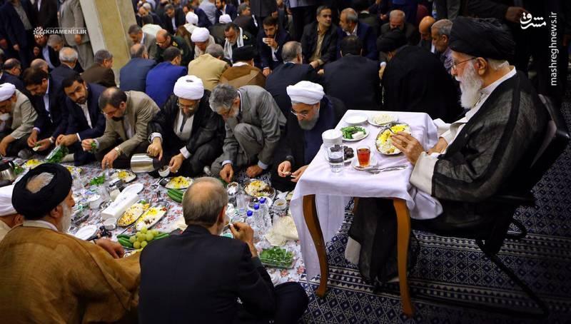 تصوير ويژه از افطاری شب گذشته مسئولان و سران سه قوه در کنار  رهبرانقلاب.