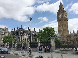 عکس/ بازداشت یک مرد مسلح در مقابل پارلمان انگلیس