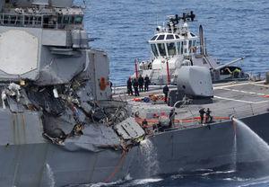 عکس/ برخورد ناوشکن آمریکایی با یک کشتی تجاری