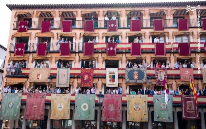 آمادهشدن مردم برای تشکیل صفوف در بزرگترین مراسم دینی شهر تولدو اسپانیا