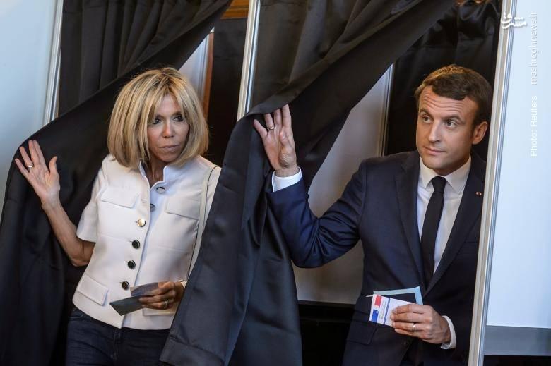 امانوئل مکرون و همسرش در دور نخست از انتخابات پارلمانی فرانسه. حزب تازهتأسیس او اکنون فاقد کرسی در پارلمان است
