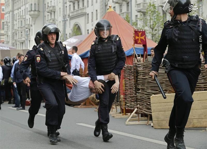 برخورد پلیس با مردم در تظاهرات ضددولتی در مسکو