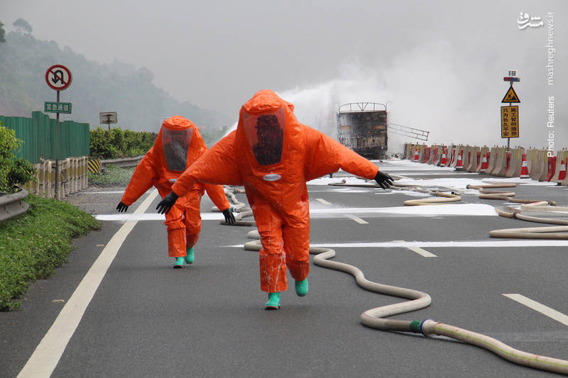 لباس ایمنی آتشنشانان در هنگام خاموشکردن کامیونی در منطقه خودمختار گوانگژی ژوانگ چین که گفته میشد حاوی مواد سمی بوده است