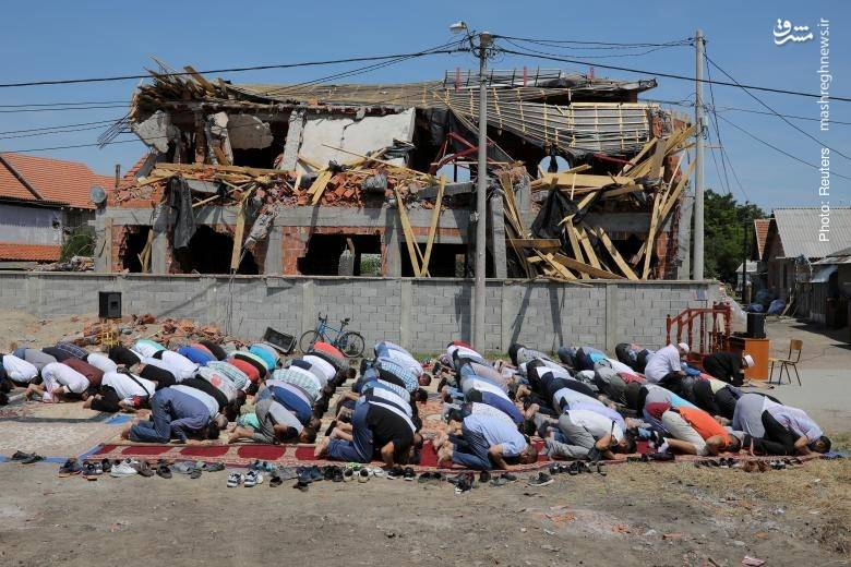 نماز جماعت در بلگراد صربستان در کنار مسجد تخریبشده از سوی مقامات محلی