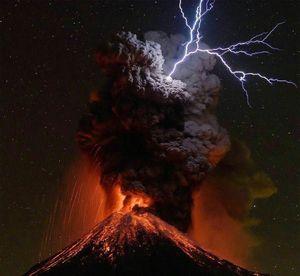 تصویری بسیار دیدنی از آتشفشان کولیما در مکزیک