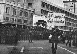 رژه میلیشیای منافقین با مسلسل یوزی در خیابانهای تهران/ حمله با تیغ موکت بری و اسید به مردم+ فیلم و تصاویر