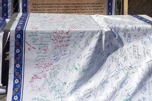 عکس/ طومار حمایت از انتفاضه قدس در مسیر راهپیمایی