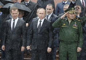 ادای احترام پوتین به مقبره سرباز گمنام در زیر بارش شدید باران