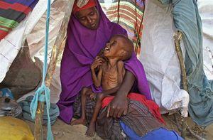 ابراهیم در آغوش مادرش صحرا در اردوگاه موگادیشو کودکان سومالیایی بر اثر خشکسالی در میانه اقدامات تروریستی گروه الشباب به شدت آسیبپذیر شدهاند