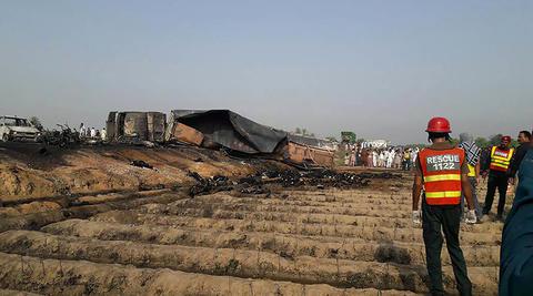 فیلم/ واژگونی و انفجار تانکر سوخت در پاکستان
