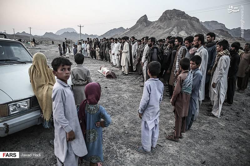 اقامه نماز میت بر پیکر عرفان که بر اثر نبود جاده در مسیر مدرسه فوت کرده. یکی از بچه ها در حال تماشای این منظره گفت: عاقبت همه ما همین است.