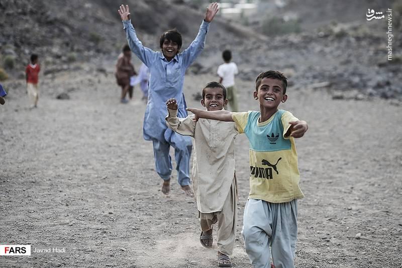 به دلیل نبود آنتن و اینترنت بچه های روستا هیچگونه ارتباطی با دنیای بیرون از خود ندارند و بزرگترین آرزوی اغلب آنها داشتن یک لباس ورزشی، یک توپ یا یک تفنگ است.