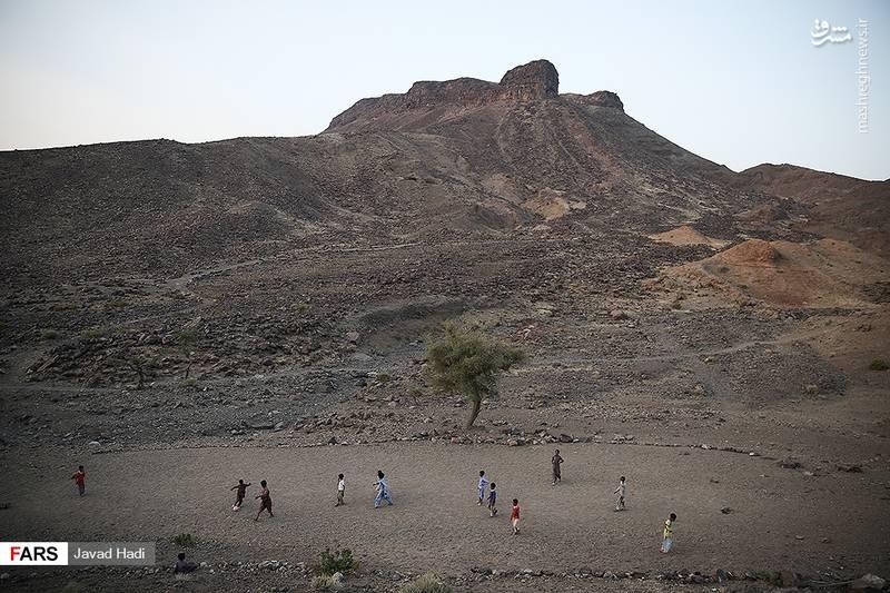در این منطقه دانشآموزان برای رسیدن به مدرسه باید از کوهستان و راههای صعب العبور برای رساندن خود به مدرسه استفاده کنند که این اتفاق موضوع دیگری است که شرایط ترک تحصیل آنها را مهیا کرده است.