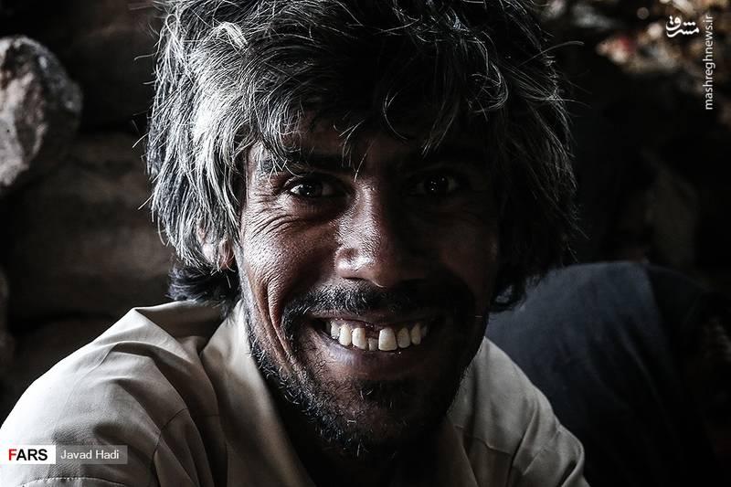 میرزا حسن، کشاورزی از روستای پیر خوشاب که یارانه اش توسط دولت قطع شده می گوید:برای فروش محصولات و عرضه آن دچار مشکلات زیادی هستیم و گاهی محصولات را با قیمت بسیار پایین میفروشیم