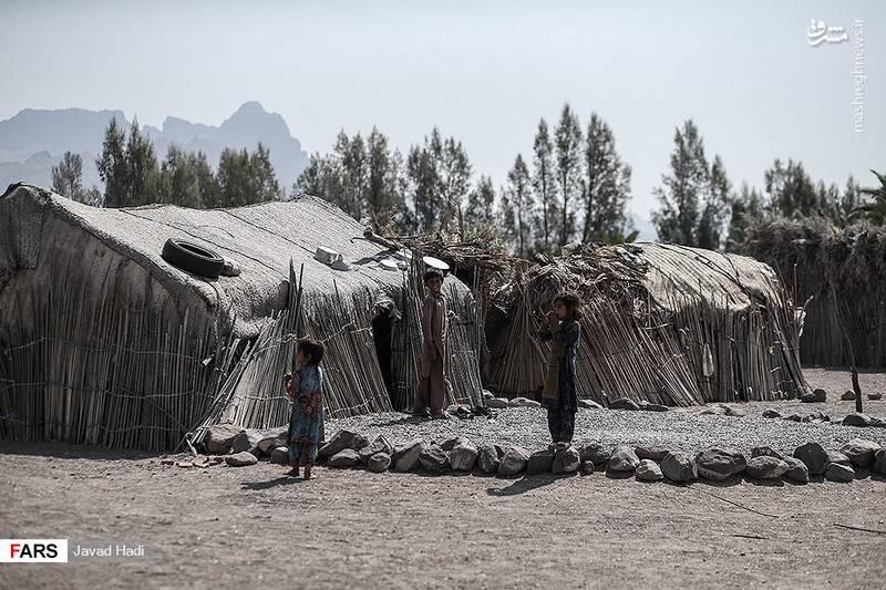 کپر(دوار)، خانه هایی ست از نی و بوریا که اسکلت آن را با چوب خرما درست می کنند. کپرها در فصل داغ تابستان در این منطقه از زندگی در ساختمان به دلیل تحمل گرما آسانتر است.