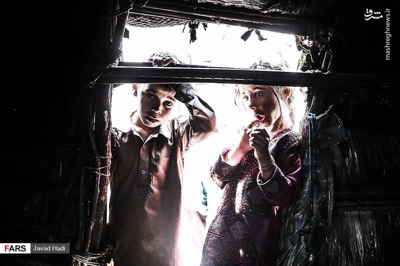 پزشک خانه بهداشت روستای چاه ابراهیم میگوید:تمام بچه های این منطقه مشکل گوارشی دارند. با وجود اینکه در روستای چاه ابراهیم برای خانه ها سرویس بهداشتی و حمام ساخته اند اما همچنان مردم از کوهستان برای مستراح استفاده می کنند.