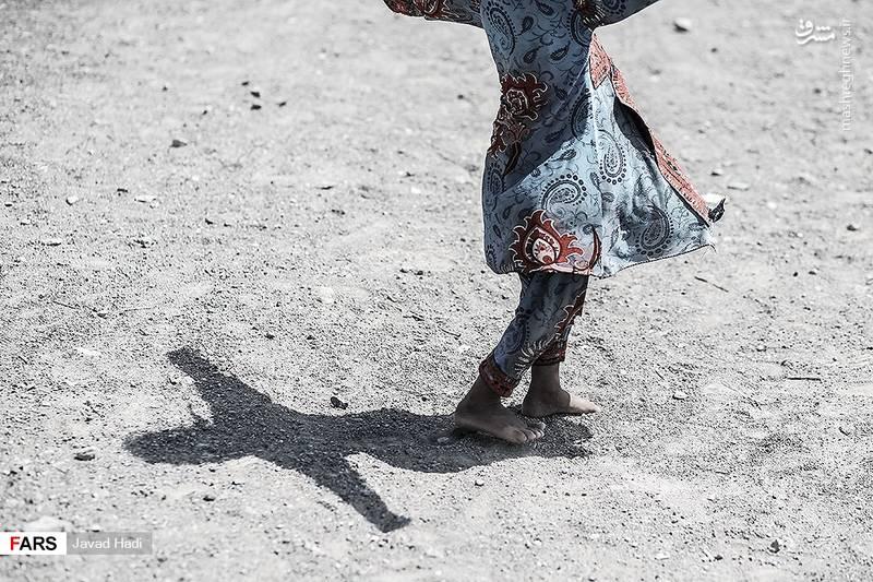 کودکان روستا در این فصل سال در دمایی بالای 53 درجه که حرارت زمین مانند کوره ای داغ صورت انسان را میسوزاند، حتی دمپایی ندارند تا پایشان ازین آتشی که بر زمین است مصون بماند.
