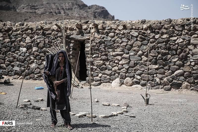 یکی از خرافه های سنتی در این منطقه رفتن به زیارتگاههای ساختگی است. گاهی دیده می شود که اهالی یک یا چند روستا ده ها کیلومتر در کوهستان برای زیارت یک درخت می روند. زنی از روستای پیر خوشاب برای گرفتن حاجت خود آماده رفتن به یکی ازین زیارتگاههاست.