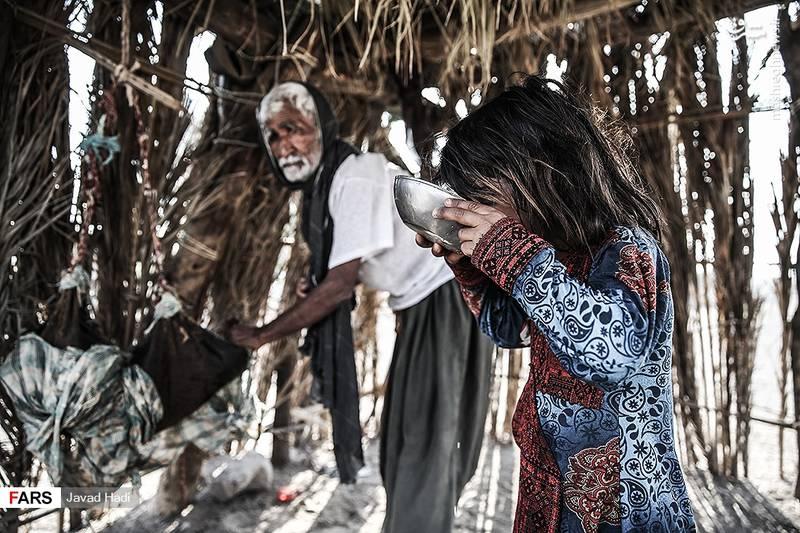 هر سه یا چهار خانواده پولهایشان را روی هم میگذارند و یک یخچال مشترک میخرند. آنهایی هم که وسعشان نمیرسد برای نگهداری آب خنک از مشک استفاده می کنند.