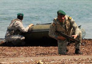 اجرای عملیات نفوذ به ساحل توسط تکاوران نداجا در رزمایش اقتدار ۹۶