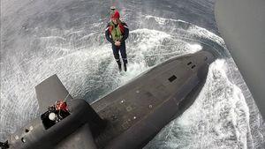 عکس/ رئیس جمهور فرانسه سوار بر زیر دریای اتمی