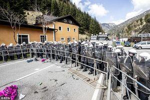 عکس/ تدابیر امنیتی اتریش برای جلوگیری از ورود مهاجران