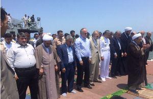 عکس/ نماز خواندن رئیس مجلس روی ناوشکن دماوند