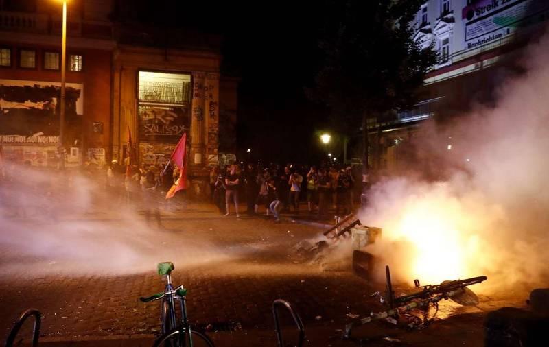فیلم/ معترضان هامبورگ را به آتش کشیدند