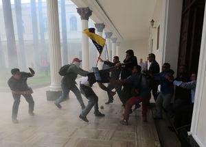 زخمیشدن اعضای پارلمان ونزوئلا پس از ورود عدهای از شهروندان معترض به داخل ساختمان مجلس