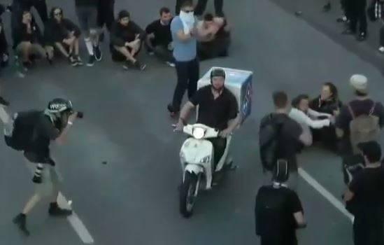 فیلم/ پیک موتوری وظیفه شناس در دل درگیریهای هامبورگ!