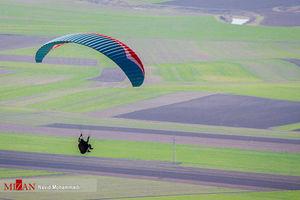 عکس/ پرواز با پاراگلایدر در کرمانشاه